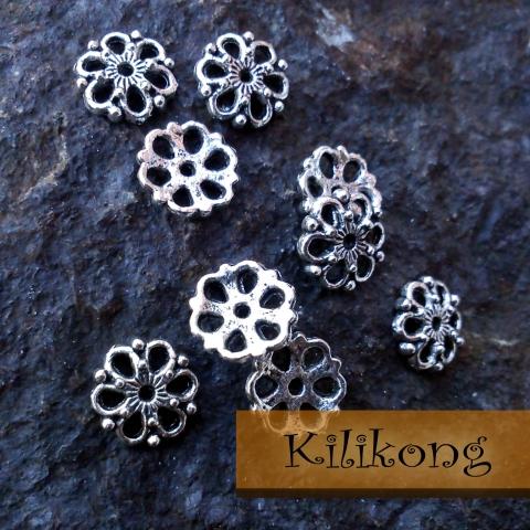 Antik ezüst filigrán gyöngykupak 10db/csomag, Gyöngy, ékszerkellék, Fém köztesek, Antik ezüst színű, filigrán virág mintás gyöngykupak.  Mérete: 9 mm  A csomag 10 darabot tar..., Alkotók boltja