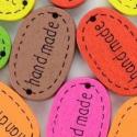 Hand made felirarú fagomb 18x12mm, Gomb, Dekorációs kellékek, Gyönyörű, színes hand made feliratú fa gomb.  Ha már elkészült alkotásod, érdemes a csomagolásra is ..., Alkotók boltja