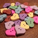 Tavaszi szív alakú gombcsomag - 35 db (18 Ft/db), Gomb, Fa, Mindenmás, Tavaszi, színes, fából készült, szív alakú gombcsomag. 5-5 darab a következő színekből: - világossá..., Alkotók boltja