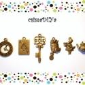 """ALÍZ charm-szett (6db/cs), Gyöngy, ékszerkellék, Egyéb alkatrész, Antik bronz színű charm-szett, az """"Alíz Csodaországban"""" klasszikus főbb motívumaiból összeválogatva ..., Alkotók boltja"""
