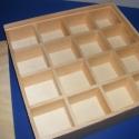 Gyöngyös tároló doboz, Gyöngyös tároló doboz,16 rekeszes,tolótetős. Mérete:20x20x4cm A rekeszek mérete:4,5x4,5x3cm, Alkotók boltja