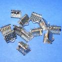 Szalagvég (446/B minta/12 db) - 8x7x5 mm, Gyöngy, ékszerkellék, Egyéb alkatrész, Szalagvég (446/B minta) - platinum színben  Mérete: 8x7x5 mm  Az ár 12 darab termékre vonatkozik. ..., Alkotók boltja