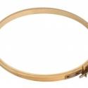 Fa hímzőkeret - 20cm, Szerszámok, eszközök, Textil, Hímzés, Világos nyírfafa hímzőráma fém csavarokkal.  Átmérője: 20cm  A belső karika átmérője 19 cm. A fa sz..., Alkotók boltja