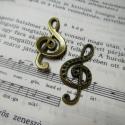 Violinkulcs medál 1 db, Gyöngy, ékszerkellék, Fém köztesek, Violinkulcs medál, akár strasszkövekkel is díszítheted ( 2mm-s )  A violinkulcs mérete:  33 * 15 mm ..., Alkotók boltja