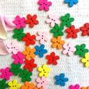 Tavaszi tarka-barka virág fagomb, Gomb, Dekorációs kellékek, Bábkészítés, mackóvarrás, Decoupage, szalvétatechnika, Mindenmás, 20 db színpompás virág fagomb 15*14mm méretekkel. A színek random kerülnek bele a csomagba. Egyéni ..., Alkotók boltja