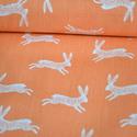 Bunnies Nature - 25cm x 110cm, Textil, Pamut, Varrás, Textil, Angol designer anyag  Minta: Koral narancs alapon kis bézs nyulak  100% pamut, 30 fokon mosható és ..., Alkotók boltja