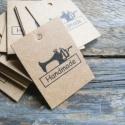 Varrógép Handmade kraft cédula varrásokhoz  , Papír, Dekorációs papír, Varrógép mintás 'Handmade' feliratú cédula  25db megmaradt cédula  Méret: 4 x 3cm  Anyaga: 300gsm kr..., Alkotók boltja