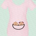 Rövid ujjú, vicces kismama póló, kukucs kismama póló, Textil, Pamut, Varrás, Grafika, fotó, Vicces emblémájú rövid ujjú kismama póló, vagyis kukucs kismama póló. Kedves ajándék egy ismerősnek..., Alkotók boltja