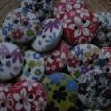 50 db-os, 18 mm-es, vegyes  virágos fagomb csomag, Dekorációs kellékek, Gomb, Varrás, Gomb, 50 db, 18 mm-es, 2 lyukú, virágos, fehér alapszínű fagomb csomag textilekhez, több fajtából random ..., Alkotók boltja