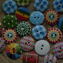 """10 db-os, """"Candy colors"""" gombcsomag, Gomb, Mindenmás, Varrás, 10 db-os, vegyes színű, 2 lyukú,   gombcsomag fából, egyik oldalán mintával csomagoláshoz, díszítés..., Alkotók boltja"""