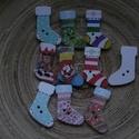 10 db-os,karácsonyi zokni fagomb csomag, Dekorációs kellékek, Gomb, 10 db-os, 30x19 mm-es, 2 lyukú, fagomb csomag textilekhez, scrapbookinghoz, dekorációhoz, egyéb krea..., Alkotók boltja