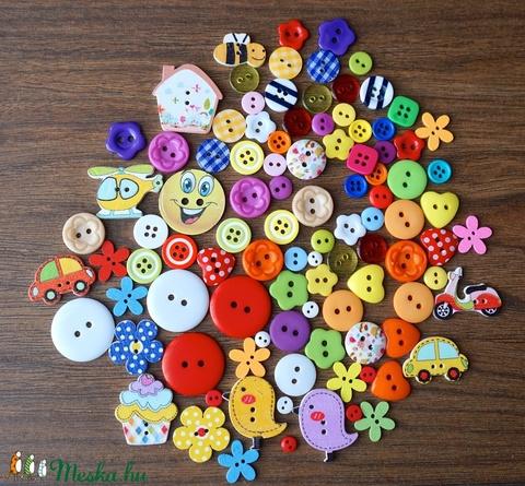 Vegyes színű és formájú gombválogatás fa és műanyag gombokkal, Dekorációs kellékek, Gomb, Alkotók boltja