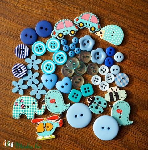 Fiús kék színű gombválogatás műanyag és fa gombokkal 50 db, Dekorációs kellékek, Gomb, Alkotók boltja