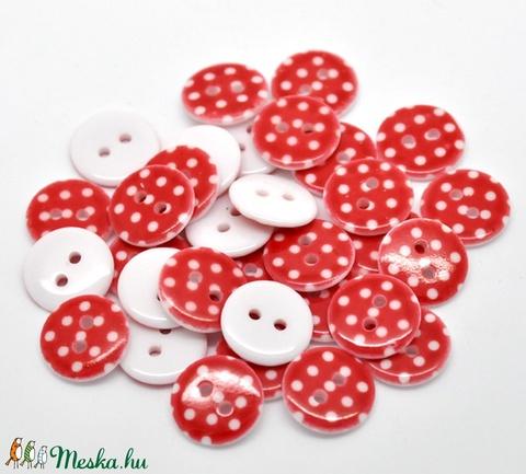 AKCIÓ! 100 db piros alapon fehér pöttyös 15 mm-es műanyag kerek gomb, Dekorációs kellékek, Gomb, Alkotók boltja