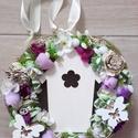 HÁZIKÓS tavaszi-virágos-lila Kopogtató , Dekoráció, Otthon, lakberendezés, Anyák napja, Ajtódísz, kopogtató, Húsvéti díszek, Virágkötés, Mindenmás, Olyan a dísz akár a tavaszi szellő. Friss, üde a szabadba hívógató. Tavaszi ajtódísz apró színes vi..., Meska