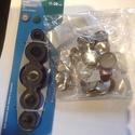 Gombbehúzó, gombbevonó eszköz gombalappal, Gombbehuzó eszköz  + 30 db behúzható gombalap 5 féle méretben A szett tartalma:  1 db gombbevo..., Alkotók boltja