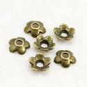 - 50 db, 6 mm gyöngykupak ólommentes, Gyöngy, ékszerkellék, Egyéb alkatrész, Virág alakú, ólommentes gyöngykupak. Antik sárgaréz színű.  Méret: 6,5 mm Lyuk: 2 mm Mennyiség: 50 d..., Alkotók boltja