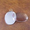 - 1 db Csipkés medálalap  + üveg kaboson, Gyöngy, ékszerkellék, Egyéb alkatrész, Ezüst színű medálalap + üveg kaboson.  A medálalap mérete: 25,7 x 19 mm Kaboson: 25 x 18 mm. ..., Alkotók boltja