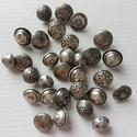Válogatás különleges fémgombokból, Gomb, Fém gomb, Varrás, Gomb, 30 db régi díszes fémgomb.  Méret:12-15 mm  Ára: 1200 Ft / 30 db, Alkotók boltja