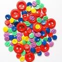100 darabos színes gombcsomag A, Gomb, Műanyag gomb, 100 db műanyag gomb piros, lila, kék, zöld, sárga színekben.  Méret:10-25 mm  Ára: 800 Ft / 1..., Alkotók boltja