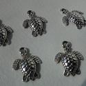 Teknős medál, Gyöngy, ékszerkellék, Egyéb alkatrész, Teknős tibeti ezüst színű medálok. Méret:  13*18 mm 1 csomag 5 db medált tartalmaz., Alkotók boltja