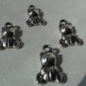 Mackó medál, Gyöngy, ékszerkellék, Egyéb alkatrész, Mackó tibeti ezüst színű medálok. Méret: 7*13 mm 1 csomag 4 db medált tartalmaz., Alkotók boltja