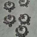 Szív medál, Gyöngy, ékszerkellék, Egyéb alkatrész, Szív formájú tibeti ezüst színű medálok. Méret: 18*20 mm 1 csomag 5 db-ból áll., Alkotók boltja