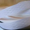 Fehér rombuszmintás egyoldalas szatén szalag 9mm/20m, Textil, Szalag, pánt, Varrás, Virágkötészet, Szalag, Fehér rombuszmintás 9mm-es egyoldalas szatén szalag, mely kiváló virágkötőknek, ajándék és meghívó ..., Alkotók boltja