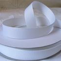 Fehér bordázott kétoldalas szatén szalag 13mm/20m, Textil, Szalag, pánt, Varrás, Szalag, Textil, Fehér bordázott 13mm-es kétoldalas szatén szalag, mely kiváló virágkötőknek, ajándék és meghívó kés..., Alkotók boltja