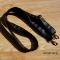 táska vállpánt fekete műbőrből, Textil, Szövet, Ez a vállpánt állítható, 135 cm hosszú fekete puha műbőrből van.   Karabinerei forgathatók, arany sz..., Alkotók boltja