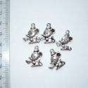 Antikolt ezüst színű egérke függők (medálok) - 5db, Gyöngy, ékszerkellék, Figurális gyöngyök, Ékszerkészítés, Fém köztesek, 5db antikolt ezüst színű (tibeti ezüst) egér függő.  A medál 1 oldalas.  Méret: 13x18mm   Az ára er..., Alkotók boltja