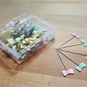 Gombostű szett dobozban, Szerszámok, eszközök, Nikkelezett fém gombostűk színes, vidám fejjel, műanyag dobozban. A tűk 4/5 cm hosszúak és 0,6 mm át..., Alkotók boltja