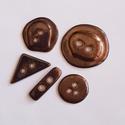 Kerámia Gombok, Gomb, Kerámia gomb, Agyagozás, 5 db-os gombcsomag. Fehér agyagból készült bronzos csillogású mázzal bevont kerámiagombok. Különböz..., Alkotók boltja