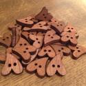 Egyedi, sötétbarna szív alakú fa gombok - 30 db (20 Ft/db), Fa, Gomb, Sötétbarna, egyedi, fából készült, szív alakú gombcsomag.  A csomag 30 db gombot tartalmaz.  Méret: ..., Alkotók boltja