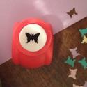 Pillangó alakú lyukasztó, Szerszámok, eszközök, Vágóeszköz, kézi, Pillangó formát kivágó, kicsi lyukasztógép.  A kézi lyukasztó papír vágására alkalmas. Használata eg..., Alkotók boltja