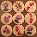 Festett virág mintájú fagombok - 9 db, Gomb, Dekorációs kellékek, Mindenmás, Varrás, Gomb, Natúr fa gombok különböző tarka virágot ábrázoló mintákkal. A csomag a képen látható 9 db gombot ta..., Alkotók boltja
