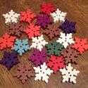 Vegyes karácsonyi hópehely alakú fa gombcsomag - 22 db (20 Ft/db), Fa, Gomb, Mindenmás, Varrás, Gomb, Karácsonyi, egyedi, fából készült, hópehely alakú gombcsomag.  A csomag a következő színű hópehely ..., Alkotók boltja
