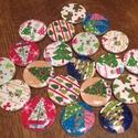 Karácsonyi fagombok - 20 db (22 Ft/db), Gomb, Dekorációs kellékek, Különböző karácsonyi mintájú kerek fagombok. Ünnepi dekorálásra tökéletes mind Mikulásra, mind Karác..., Alkotók boltja
