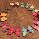 Pillangó alakú fa gomb - 10 db, Gomb, Dekorációs kellékek, Gyönyörű, színes, fából készült pillangó alakú, 10 darabos gombcsomag.  Méret: kb 2,5x2 cm  A gombok..., Alkotók boltja
