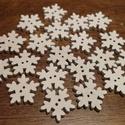Karácsonyi fehér hópehely alakú fa gombcsomag - 20 db (25 Ft/db), Fa, Gomb, Karácsonyi, egyedi, fából készült, hópehely alakú gombcsomag.  A csomag 20 darab fehér hópelyhet tar..., Alkotók boltja