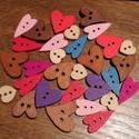 Vegyes szív alakú fa gombcsomag - 30 db, Fa, Gomb, Különböző színű és formájú, fából készült, szív alakú gombokat tartalmazó gombcsomag.  A csomag 30 d..., Alkotók boltja