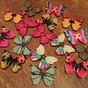 Pillangó alakú fa gombok - 16 db (30 Ft/db), Gomb, Dekorációs kellékek, Gyönyörű, színes, fából készült pillangó alakú, 16 darabos gombcsomag.  A csomag a képen látható gom..., Alkotók boltja