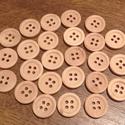 Kicsi, kerek, natúr, négylyukú fa gombok -  25 db (16 Ft/db), Fa, Gomb, Mindenmás, Varrás, Gomb, Kerek, natúr, fából készült négylyukú gombcsomag.  Méret: 15 mm  A gombok darabára: 16 Ft  Boltomba..., Alkotók boltja