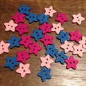Csillag alakú, színes fagombok - 30 db (10 Ft/db), Gomb, Fa, Fából készült, csillag alakú gombcsomag. A csomag 10-10 db gombot tartalmaz a következő színekből: -..., Alkotók boltja