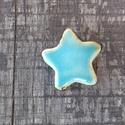 Csillag kerámia gomb, Gomb, Kerámia gomb, Agyagozás, 3 darab hátul varrós csillag alakú, szép kék mázas keråmia gombot készítettem fehér agyagbôl.   A h..., Alkotók boltja