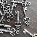 Kulcs (fém,  érezhetően nehezebb) 50 db, Dekorációs kellékek, Gyöngy, ékszerkellék, Ezüst színű kulcs, fémből.  Mérete: 27 mm átmérő  Az ár a 50 db-ra vonatkozik., Alkotók boltja