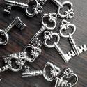Kulcs (könnyű) 36 db, Dekorációs kellékek, Gyöngy, ékszerkellék, Mindenmás, Ékszerkészítés, Ezüst színű kulcs, fémből, könnyű.  Mérete: 26 mm hosszú  Az ár 36 db-ra vonatkozik., Alkotók boltja
