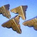 Fémsarok (19. minta/4 db) - 26x26 mm, Fémsarok (19. minta) - antik bronz színben - díszes - doboz sarok  Elsősorban könyvek, albumok sakai..., Alkotók boltja
