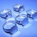 Gyűrű alap (29/B minta/5 db), Gyöngy, ékszerkellék, Egyéb alkatrész, Ékszerkészítés, Szerelékek, Gyűrű alap (29/B minta) - platinum színben  Mérete: 18 mm (karika); 12 mm (fej) A karika szélessége..., Alkotók boltja