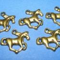 Medál (706. minta/5 db) - ló , Gyöngy, ékszerkellék, Egyéb alkatrész, Ékszerkészítés, Szerelékek, Medál (706. minta) - ló - antik arany színben  Mérete:  20x15x2,5 mm  Az ár 5 darab termékre vonatk..., Alkotók boltja